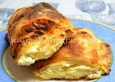 Štrukli od sira se rade od domaćeg vućenog tijesta koje se puni smjesom sira, vrhnja i jaja te se zarola i pred pečenje  zalije kiselim vrhnjem i uljem.