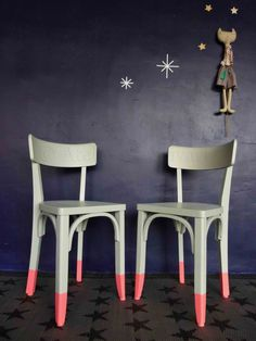 A mix & match style lounge - HomeDBS Chalk Paint Chairs, Painted Chairs, Paint Furniture, Furniture Makeover, Cool Furniture, Furniture Design, Wooden Chairs, Upcycled Furniture, Vintage Furniture