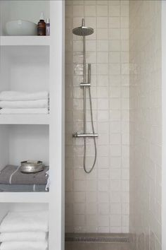 Below is a small bathroom design that stated that reasonably fulfills a basic, minimal, modern-day and also extravagant interior style. Shower Storage, Shower Shelves, Bathroom Shelves, Bathroom Storage, Bathroom Spa, Bathroom Toilets, Bathroom Renos, Small Bathroom, Bad Inspiration