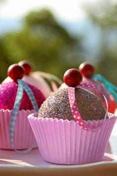 Puedes hacer estos lindos muffins con un poco de diamantina, capacillos de panqué, listón, pintura y esferas de unicel de diferentes tamaños. Pega la diamantina a la bola de unicel con Resistol 850.