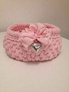 C - handcrafted in Italy Diy Crochet Basket, Crochet Bowl, Crochet Eyes, Crochet Basket Pattern, Diy Crochet And Knitting, Crochet Gifts, Knitting Patterns, Crochet Baby Boots, Handarbeit