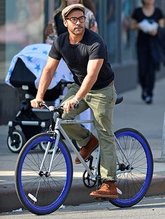 """Jeremy Piven has a """"wheely"""" good time exploring the West Village on bike."""