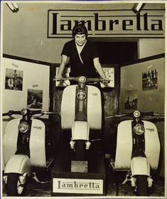 Duas fotos da atriz Renata Fronzi, anos 50, uma delas em comercial da motocicleta Lambretta e na out