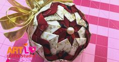 Nesse post você vai descobrir como fazer bolas de Natal em Patchwork, com uma técnica que lembra muito os bicos de tecido. Essa é uma ótima dica para reaproveitar retalhos de tecido de todas as cores! Aprenda Agora: