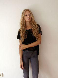 grey skinny jeans + black tee