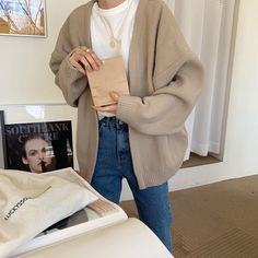 winter outfits for school Denim jeans, white t-shirt, beige cardigan Denim jeans, white t-shirt, beige cardigan Beige Jeans, Cardigan Beige, Beige Shirt, Summer Outfits, Casual Outfits, Cute Outfits, Fashion Outfits, School Outfits, School Wear