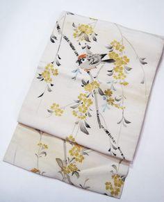 商品説明 素材:正絹 時代:アンティーク 長さ323センチ幅30㎝アク・シミいくつかあり、黄変・うっすらすらシミ経年のくすみがあります。 ※その他、くすみやシミなど着用時にあまり目立たない箇所に ダメージがある場合あります。 ※刺繍帯につきましては刺繍に細かな木くずなどが混入している場合があります。 注意事項 状態ランク:5 ●アンティーク・リサイクルの品のため、 シミや経年のくすみ等がございます。 新品・未使用品とは異なります。 ご了承いただけますようお願い申し上げます。 ●サイズは1点ず