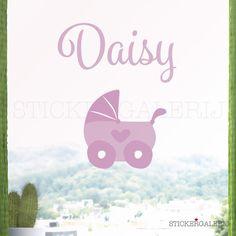 Muursticker kinderwagen met eigen naam.  #meisjeskamer #wanddecoratie #inspiratie #kinderkamer #muursticker #baby #diertjes #roze #oranje #peuter #kwaliteit #design #uniek #nederland #zwanger #zwangerschap #pasgeboren #interieur #muur #wand #doehetzelf #diy #liefde #stickergalerij  Voor de volledige collectie kijk op: www.stickergalerij.nl