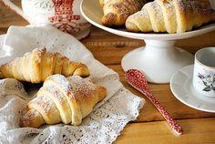 I cornetti di brioche al latte condensato vi stupiranno per la loro sofficità. Dolci e buoni, sono perfetti a colazione e a merenda. Segnatevi la ricetta.