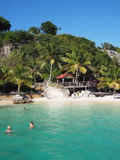 Plage de La Toubana aux eaux émeraude sur Grande-Terre en Guadeloupe Hotels Guadeloupe, Les Bahamas, Travel Around The World, Around The Worlds, Places To Travel, Places To Visit, French West Indies, Caribbean Vacations, Beaches In The World