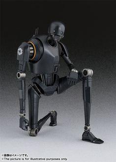 """日Bandai萬代玩具公司的S.H. Figuarts可動系列這次以還未上映的《星際大戰外傳:俠盜一號》為題材,將推出多款劇中的角色人物,首波預計推出的「死亡兵(DEATH TROOPER)」已經搶先曝光其宣傳照片與販售資訊,這次就是公開「K-2SO 」黑色的機械角色。在電影預告當中只有出現短短幾秒鐘身高很高的黑色機械人「K-2SO 」,肩膀上有著黑暗帝國軍標誌的圖案,原來是所屬黑暗帝國的機械人,在預告劇情上說明著它被""""反抗軍""""改造之後成為反抗軍中的一員,作品附有交換用手首左右各2種、專用台作支撐架(台座パーツ一式)等等配件,有興趣的玩具人不仿可以參考一下預告裡面極短的畫面,「K-2SO 」表現出有著說不出來的""""無奈感""""啊!提供給喜愛《星際大戰》系列作的玩具人參考。《星際大戰外傳:俠盜一號》Rogue One是即將在2016年年底上映的星際大戰系列電影之作,也是《星際大戰》電影系列當中的第一部外傳,目前公開的故事簡介講述銀河帝國建立後,一群反抗軍計劃偷走死星計劃書的冒險行動,星戰玩具人當然要再年底上映的時候,前進戲院一窺究竟得到解答啊!"""