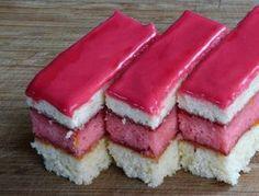 Prajitura cu blat si glazura roz este un adevarat deliciu culinar. Gemul de zmeura combinat cu blat simplu si cu cel insiropat, impreuna