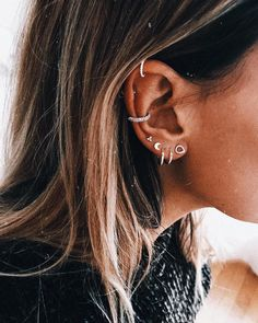 Circle ear cuff/Non-piercing ear cuff/Simple ear cuff/Cartilage ear cuff/Conch ear cuff/Helix cuff/cuff and wrap earrings/Unisex ear jewelry - Custom Jewelry Ideas Innenohr Piercing, Spiderbite Piercings, Ear Peircings, Tattoo Und Piercing, Pretty Ear Piercings, Bellybutton Piercings, Crystal Earrings, Crystal Jewelry, Diamond Earrings