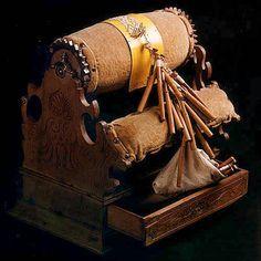Antiguo mundillo de rulo, con cajón
