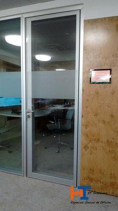 Vista exterior puerta acústica IT-SISTEMAS enrasada con mampara.