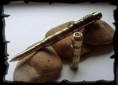 Купить или заказать Стимпанк ручка 'Пески времени' в интернет-магазине на Ярмарке Мастеров. Шариковая ручка в стиле стимпанк из высоколегированной латуни. Длинна ручки 130мм., вес 75 грамм с колпачком. Несмотря на значительный вес ручки, писать очень удобно. На поверхность ручки нанесена фактура в виде 'апельсиновой…