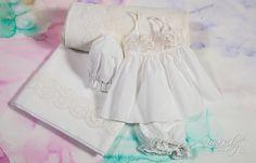 Λαδόπανο σε λευκό & εκρού χρώμα με δαντέλα κεντημένη σε σχέδια φιόγκων., annassecret, Χειροποιητες μπομπονιερες γαμου, Χειροποιητες μπομπονιερες βαπτισης Bow Design, Ecru Color, Cotton Towels, Underwear, Flower Girl Dresses, Ruffle Blouse, Bows, Wedding Dresses, Lace