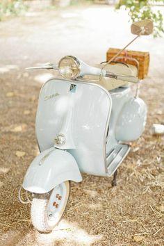 schönes-vintage-Modell-Vespa-Roller-blau
