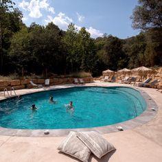 Can Bora Lodges - Glamping Spanje | Bijzonderecamping.nl Lodges, Glamping, Resorts, Adventure, Canning, Outdoor Decor, Portugal, Lush, Cabins