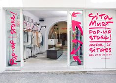 Tienda pop-up, store signage, pop up shops, showroom design, interior Showroom Design, Retail Windows, Store Windows, Sitges, Design Blog, Store Design, Visual Merchandising, Tienda Pop-up, Store Signage