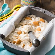Banana Pudding Ice Cream Recipe - Spicy Southern Kitchen Note to self, get ice cream maker Banana Pudding Ice Cream, Banana Cream, Banana Pudding Cheesecake, Duncan Hines, Frozen Desserts, Frozen Treats, Spicy Recipes, Cake Recipes, Baking Recipes