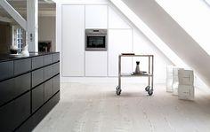 Beautiful minimal kitchen from Koekkenstudio, found on Stil inspiration. Loft Kitchen, Eclectic Kitchen, Stil Inspiration, Kitchen Inspiration, Houses In Ireland, Minimal Kitchen, Minimalistic Kitchen, Berlin Apartment, Küchen Design