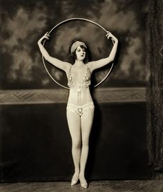 Katherine Burke. From here: http://caseinpointfashion.blogspot.com.br/2011/04/ziegfeld-follies.html