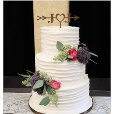 Rustic Wedding Arrow Cake Topper - I love the dark stain on these custom initial cake toppers - perfect for a rustic wedding! #affiliatelink #rusticwedding #farmhousewedding #countrywedding #beachwedding #arrowdecor #arrowcaketopper #caketopper #oybpinners #commissionlink