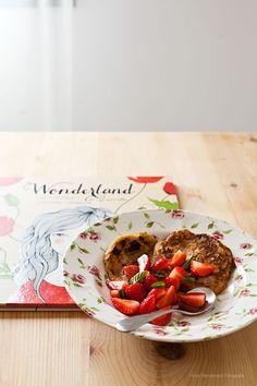 Pancakes de avena y manzana con fresas (frutillas) - Hoy os traigo un desayuno de domingo. Unos pancakes de avena y manzana servidos con fresas