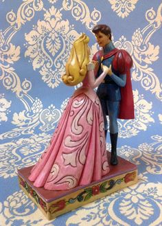 """La Bella addormentata (Aurora) e il suo principe. Figurine della linea """"Royal Romances"""" collezione di Jim Shore ( in resina)"""