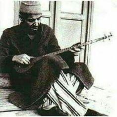 استاد شهریار در حال نواختن سه تار