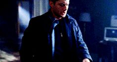 Gif...mostly-jensen: cassfalling: This is probably the hottest thing I have ever seen! He literally does all of that with one hand.  Yeah, and when we look at this, most of us see Dean doing this. But do you ever think about how cool it is that (obvious, I know) Jensen can do everything Dean can do?