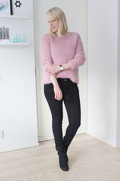 pale pink pullover skappel pullover black skinny jeans black ankle boots daniel wellington watch