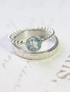 Anillo de compromiso azul. Encuentra más inspiración en http://bodatotal.com/