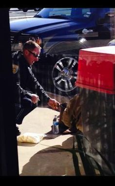 Texas Police Officer's Kind Gesture Caught on Camera