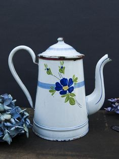Beautiful and romantic vintage coffee pot in blue and white enamel from 1920/1930's. It features a lovely floral decor on both sides.Pieces of floral enamelware are getting quite rare to find. It's a true treasure to display with your collection! Enamel Dishes, Enamel Cookware, French Kitchen Decor, Vintage Coffee, White Enamel, Tea Pots, Blue And White, Romantic, Display
