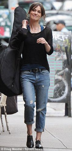 Keira Knightley Boyfriend Jeans (on the set of Can A Song Save Your Life? in NYC summer The post Keira Knightley Boyfriend Jeans (on the set of Can A Song Save Your Life? in NYC appeared first on Jeans. Keira Knightley Casual, Estilo Keira Knightley, Keira Christina Knightley, Jeans Boyfriend, Boyfriend Jeans Outfit Summer, Style Année 20, Her Style, Boys Style, Estilo Boyish