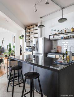 Cozinha industrial integrada com ilha preta Arkitito Arquitetura www.arkitito.com Liberdade de estilos | Capítulo 2 | Histórias de Casa
