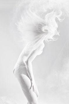 Black and White Photography of Women: How Take Beautiful Pictures – Black and White Photography All White, Pure White, Snow White, White Stuff, Classic White, High Key Photography, White Photography, Portrait Photography, Modelo Albino