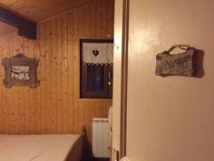 Bienvenue dans la Chambre « Le Flocon » Chalet Le Perce Neige (Thollon-les-Mémises). ♥ #chambremontagne #decomontagne #cosy #cocon #flocon #miroirbois #chambrechalet #chalet #chaletprive #chaletstation #locationvacances #vacanceshiverete #vuelac #lacleman #chaletmontagne #vacancemontagne #thollonlesmemises
