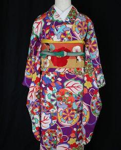 大変鮮やかな御所車や桐の花が染められた小紋に、梅と椿のぽってり刺繍帯。 着物は小学生の袴や2分の1成人式、13参りに。 こちらの着物と帯は出していませんが、12日までオンラインショップではセールを開催しています。トップページにリンクがあります #アンティーク着物 #アンティーク帯 #アンティーク着物コレクション #小学生袴 #2分の1成人式 #刺繍 #逸品 #ヤフオク #antique kimono #Nakış گلدوزی# التطريز# #embroidery