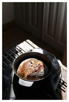 Crunching bread crust by El Oso con Botas