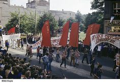 Foto vom Straßenumzug der Teilnehmer der X. Weltfestspiele von der Chauseestraße in Berlin-Mitte zum Stadion der Weltjugend
