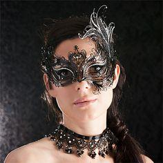 L'accesoire idéal pour vos soirée en toute élégance et sobriété. Venez découvrir la gamme de masque Luna Veneziana made in Venise. http://www.bodyhouse.fr/boutique/1-lingerie/7214-accessoires/7187-masque-venitien/