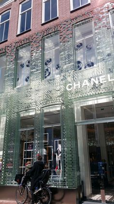 MVRDV glas facade Chanel shop The Effective Pictures We Offer You About facade maison A quality picture can tell you many things. You can find the most beautiful pictures that can be presented to you Brick Architecture, Architecture Details, Arch Building, Showroom Interior Design, Concrete Facade, Brick In The Wall, Glass Brick, Facade Lighting, Adaptive Reuse