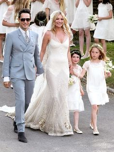 "#KateMoss and rocker, #JamieHince, had a ""rock 'n' roll Great Gatsby"" wedding in England. Love her dress"