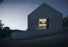 Le cabinet d'architecture SlovèneDekleva Gregorič Arhitekti, signe la réalisation de cette maison familiale compact composée de pierre et de deux volumes de bois insérés à l'intérieur …