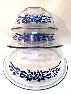 Vintage Bowls, Vintage Kitchenware, Vintage Glassware, Vintage Love, Antique Dishes, Vintage Dishes, Vintage Pyrex, Pyrex Bowls, Nesting Bowls