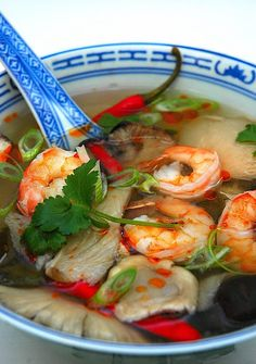 Authentic Thai food - Tom Yum Goong - My Easy Cooking- Authemtic Tom Yum Goong, Spicy Thai Prawn Broth (This would be a welcomed addition to a New Year's Day menu! Thai Cooking, Asian Cooking, Easy Cooking, Cooking Recipes, Cooking Fish, Cooking Turkey, Cooking Beets, Cookbook Recipes, Thai Food Dishes