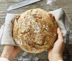 Super einfach und unglaublich knusprig: Das im Brattopf gebackene Brot muss nicht geknetet werden. Super Simple, Tapas, Dinner Recipes, Vegan, Baking, Desserts, Quiches, Christmas, Gastronomia